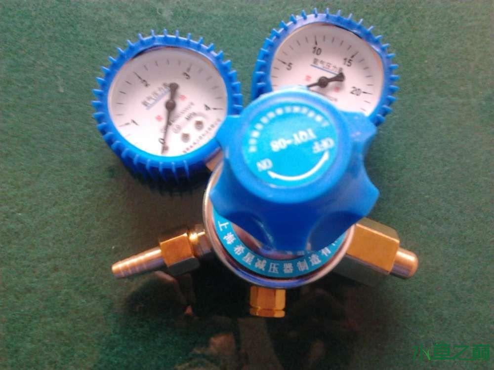氧气表、粗接头与钢瓶连接,另一接头就是细一点的与气管连接