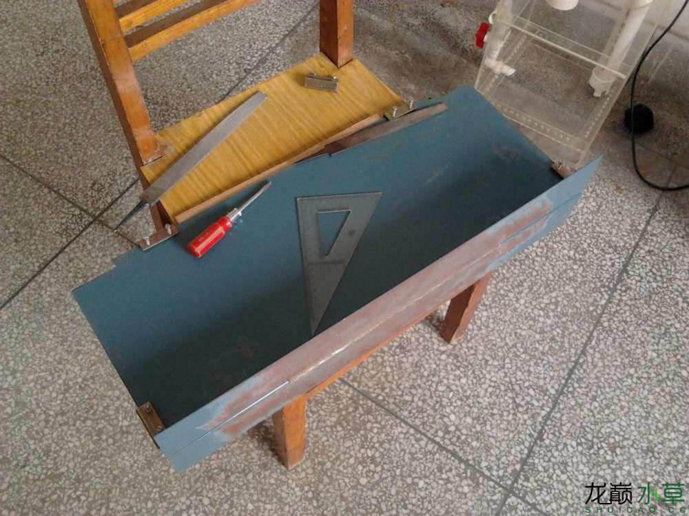 用两块垂直90度的铁板固定亚克力板再用锉刀找平