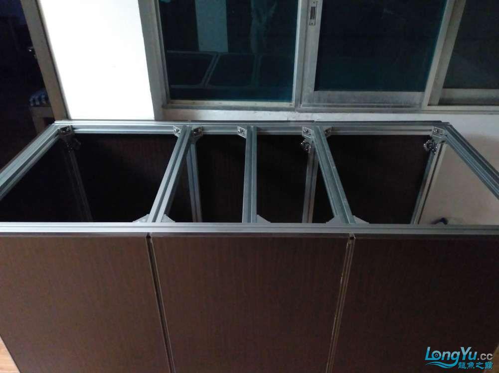求助鱼缸可以直接放在铝合金架上吗?