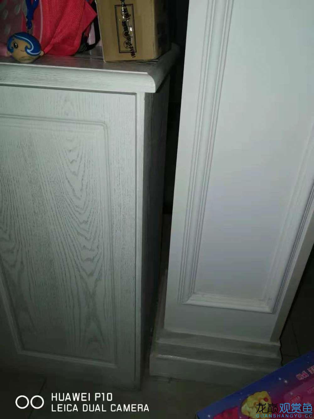 柜子右侧是装饰柱,两者间基本无空间